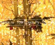 Композиция из лапника с новогодними шарами