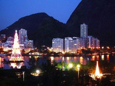 Новогодняя искусственная елка в Бразилии
